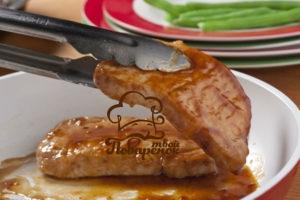 Как жарить стейк из свинины на сковороде