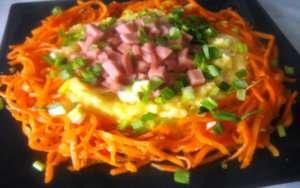 Праздничная закуска из картофеля и колбасы гнездо