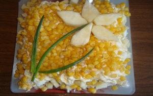 Слоеный салат с куриной грудкой и ананасом для милых дам