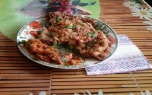 Сочные отбивные из свинины с томатным соком на сковороде