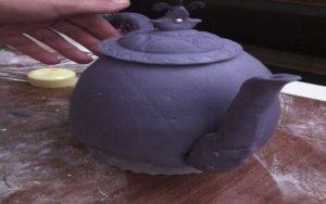 Формируем торт Чайник из готовых мастичных деталей
