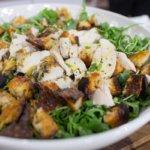 Праздничный салат с рукколой и курицей