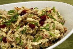 Салат с омлетом и копчёной курицей